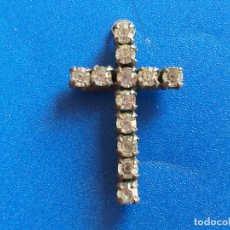 Antigüedades: PRECIOSA Y ANTIGUA CRUZ DE METAL CON PIEDRAS. COLGANTE. MEDIDAS: 2,5 CM. Lote 173078125