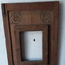 Antigüedades: GRAN MARCO DE MADERA RÚSTICO TALLADO A MANO CON HERRAJES. Lote 173125670