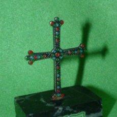 Antigüedades: MAGNIFICA CRUZ DE LA VICTORIA SIMBOLO ASTURIAS TODO PLATA SOBRE BASE MARMOL. Lote 173164469