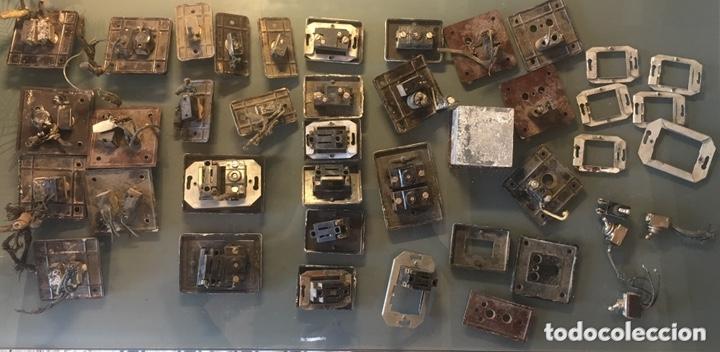 Antigüedades: GRAN LOTE ANTIGUO DE INTERRUPTORES, EMBELLECEDORES, ENCHUFES MARCAS SIMON Y BJC - Foto 6 - 167664773