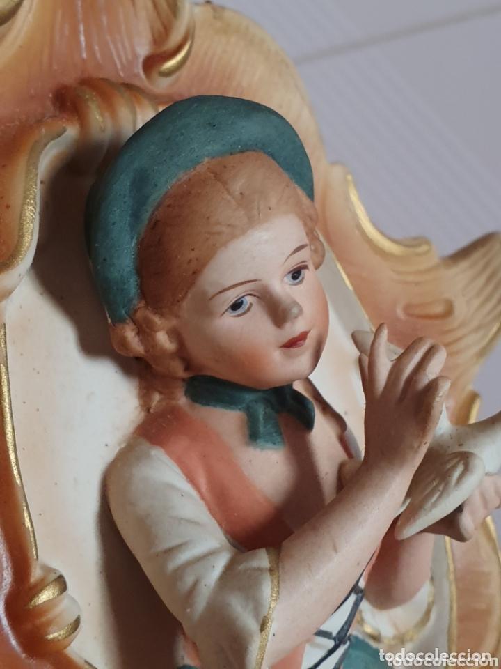 Antigüedades: PRECIOSA FIGURA DE JOVEN CON PALOMA REALIZADA EN BISCUIT POSIBLEMENTE ALEMANA - Foto 2 - 173259107