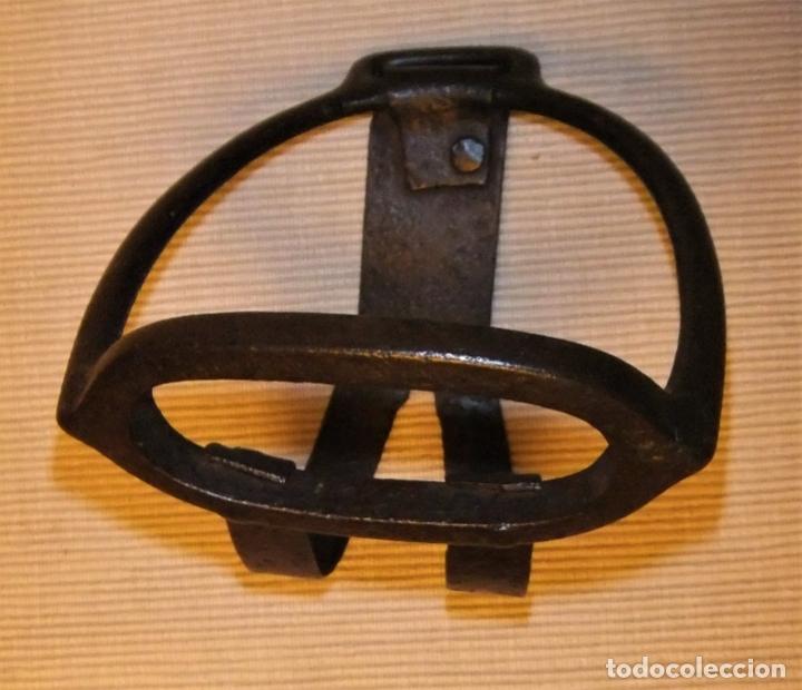 Antigüedades: PAREJA DE ESTRIBOS ESPAÑOLES DE HIERRO FORJADO - Foto 3 - 173456689