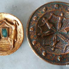Antigüedades: PAREJA DE PLATOS DE COLGAR MC SARDANAS. Lote 173466558