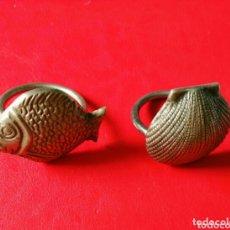Antigüedades: SERVILLETEROS METALICOS. PEZ Y VIEIRA. ENVIO INCLUIDO EN EL PRECIO.. Lote 173472322