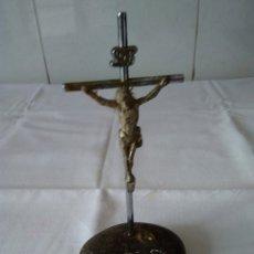 Antigüedades: 118-CRUCIFIJO DE METAL SOBRE PEANA DE PIEDRA. Lote 173479984