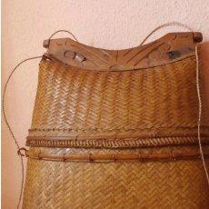 Antigüedades: BOLSO ANTIGUO CESTA CESTO MIMBRE Y MADERA TALLADA. Lote 173487309