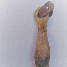 Antigüedades: BADAJO DE MADERA DE CAMPANILLA DE OVEJAS TALLADO A MANO. Lote 173514120