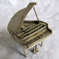 Antigüedades: PIANO DE PLATA 925 CONTRASTADA EN MINIATURA (52 GRAMOS). Lote 180895682