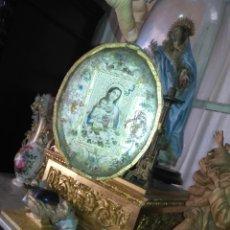 Antigüedades: GRAN ANTIGUO MADERA Y CRISTAL RELICARIO VIRGEN CON NIÑO JESUS PRECIOSAS FLORES - SEMANA SANTA 20X15. Lote 173525399