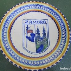 Antigüedades: ZAMORA - PLATO DECORATIVO DE PARED, EMBLEMA HERALDICO, 24.5CM, 670GR EXCELENTE, TALAVERA?? + INFO 1S. Lote 173535169