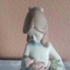 Antigüedades: FIGURA DE PORCELANA NIÑA CON PERRO. Lote 173536982