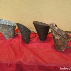 Antigüedades: JUEGO DE CUATRO MEDIDAS Y PALAS PARA EL MAIZ. METAL. ANTIGUAS. CÓNCAVAS. Lote 173545127