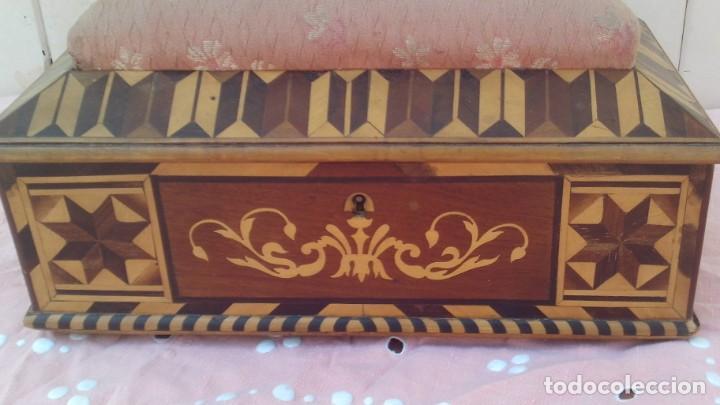 Antigüedades: caja costurera siglo xviii con taracea o marqueteria de frutales ,cajones en el interior - Foto 2 - 173549574