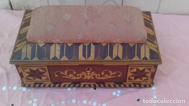 CAJA COSTURERA SIGLO XVIII CON TARACEA O MARQUETERIA DE FRUTALES ,CAJONES EN EL INTERIOR (Antigüedades - Muebles Antiguos - Auxiliares Antiguos)