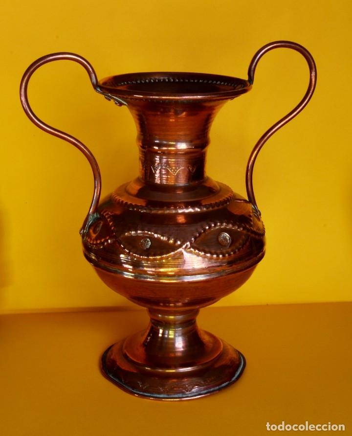 PRECIOSO JARRÓN FLORERO EN COBRE VINTAGE (Antigüedades - Hogar y Decoración - Floreros Antiguos)