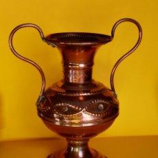 Antigüedades: PRECIOSO JARRÓN FLORERO EN COBRE VINTAGE. Lote 173552020