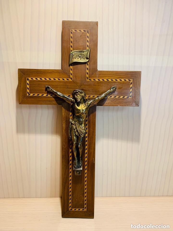 ANTIGUO CRUCIFIJO DE MADERA CON INCRUSTACIONES Y METAL (Antigüedades - Religiosas - Crucifijos Antiguos)