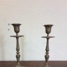 Antigüedades: PAREJA DE CANDELABROS DE BRONCE ANTIGUOS. Lote 173563785
