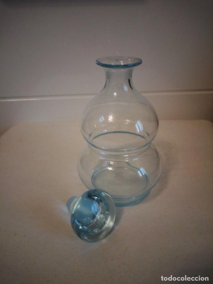 Antigüedades: Preciosa licorera de cristal soplado ,color azul - Foto 4 - 173579197