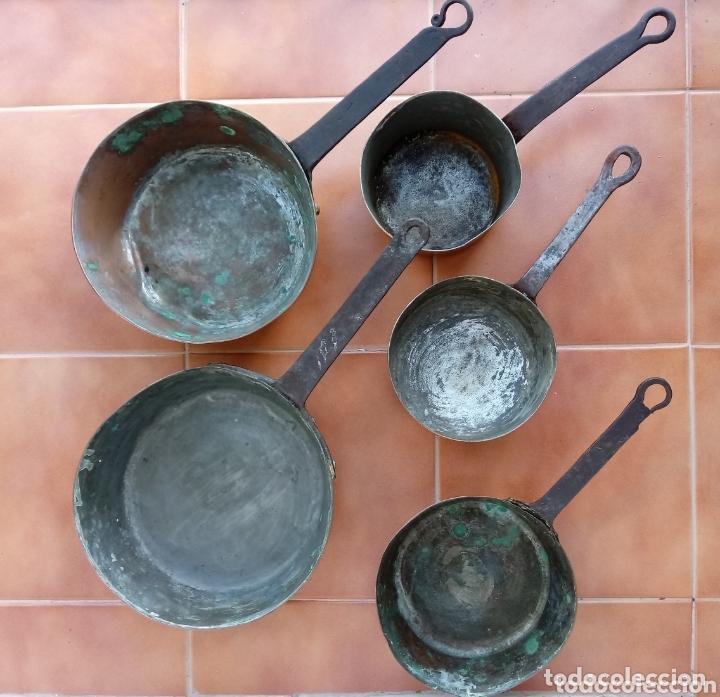 ANTIGUAS CAZUELAS O CAZOS DE COBRE Y MANGOS DE FORJA (Antigüedades - Técnicas - Rústicas - Utensilios del Hogar)