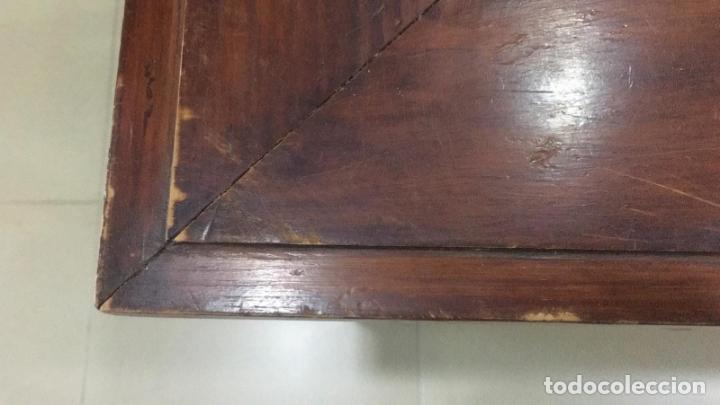 Antigüedades: MESA DE DESPACHO TIPO INGLESA EN MADERA Y TAPETE CENTRAL - MEDIDA 112X76X62 CM - Foto 3 - 173590184