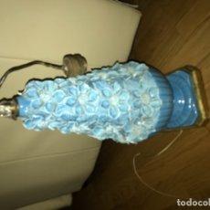 Antigüedades: PRECIOSA LAMPARA DE MESA ANTIGUA EN CERAMICA MANISES Y PEANA DE MADERA DORADA VINTAGE AÑOS 60. Lote 173597710