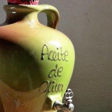 Antigüedades: VASIJA PARA ACEITE DE OLIVA, DE CERÁMICA ESMALTADA CON GRIFO ESCANCIADOR.. Lote 173605907