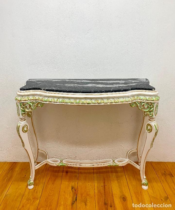 CONSOLA RESTAURADA FONDO BLANCO CON DETALLES EN VERDE Y ORO, MARMOL NEGRO, 107 CM. (Antigüedades - Muebles Antiguos - Consolas Antiguas)