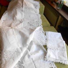 Antigüedades: PRECIOSA ANTIQUA COLCHA (AÑOS 70) ENCAJES DE BRUJAS Y BORDADA A MANO.BLANCO,3 PIEZAS. Lote 173626680