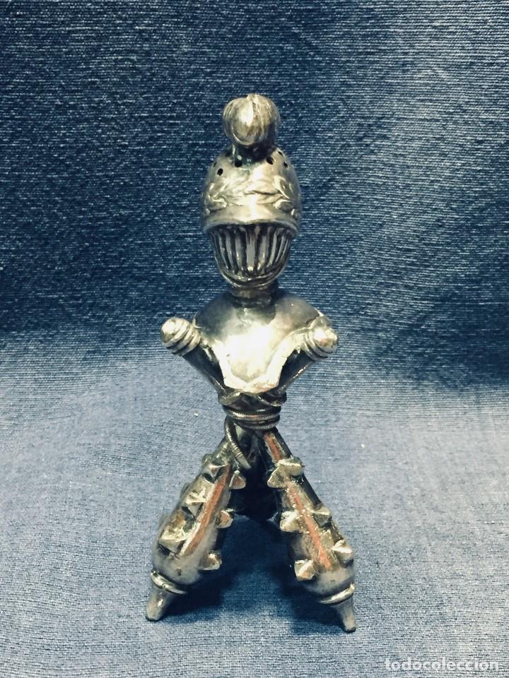 PALILLERO BRONCE PLATEADO NEO RENACIMIENTO CASCO YELMO PENACHO CLAVAS CRUZADAS 11X5X5CMS (Antigüedades - Platería - Bañado en Plata Antiguo)