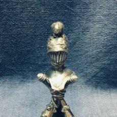 Antigüedades: PALILLERO BRONCE PLATEADO NEO RENACIMIENTO CASCO YELMO PENACHO CLAVAS CRUZADAS 11X5X5CMS. Lote 173650509