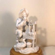 Antigüedades: FIGURA PORCELANA BISCUIT- CEBREROS- AFILADOR- 19 CM. Lote 173653492
