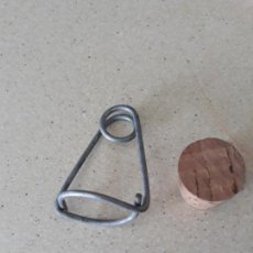 Antiquités: 5 TAPONES CORCHO MAS 5 GANCHOS ANTIGUOS PARA MOSQUEROS PARRALES UVAS ATRAPAMOSCAS MOSQUITEROS. Lote 173664749