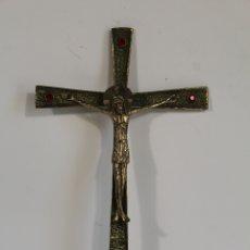 Antigüedades: CRISTO ROMANICO DE METAL EN CRUZ DE BRONCE CON CRISTALES. Lote 173698463