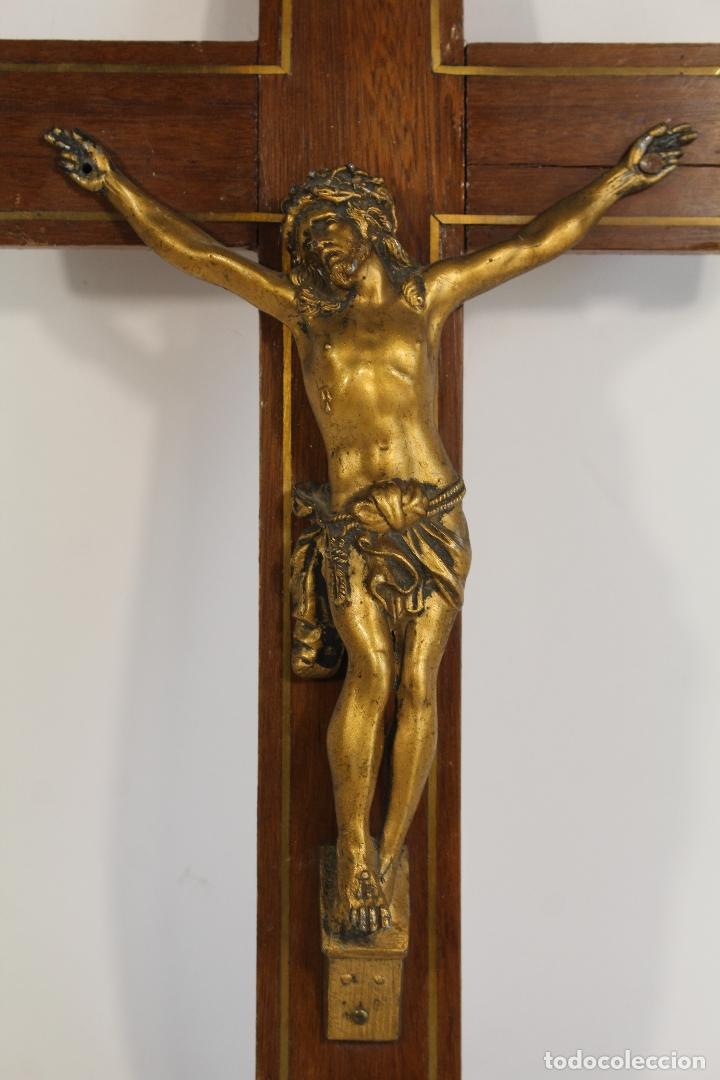Antigüedades: cristo de bronce en cruz de de madera - Foto 3 - 173699512