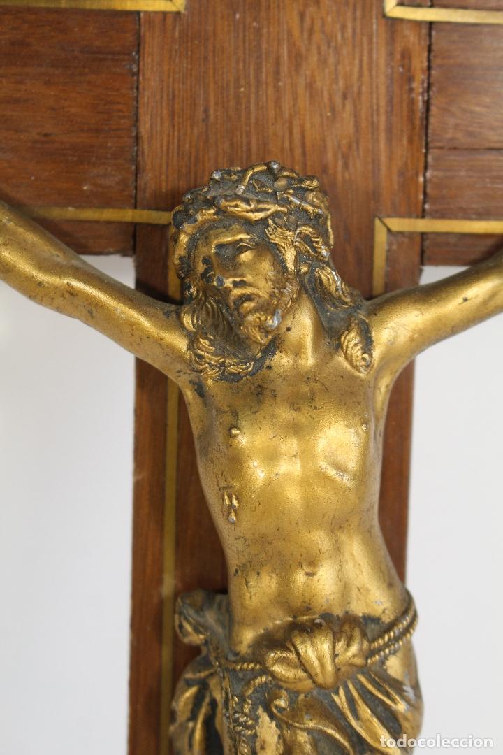 Antigüedades: cristo de bronce en cruz de de madera - Foto 4 - 173699512