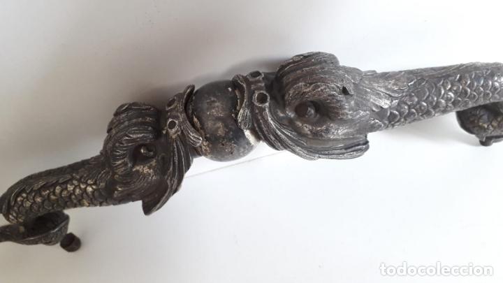 ANTIGUO Y GRAN TIRADOR DE MUEBLE ORIENTAL REPRESENTANDO 2 DRAGONES CON BOLA. (Antigüedades - Muebles Antiguos - Armarios Antiguos)