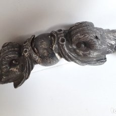 Antiguidades: ANTIGUO Y GRAN TIRADOR DE MUEBLE ORIENTAL REPRESENTANDO 2 DRAGONES CON BOLA.. Lote 173788442