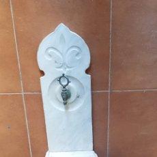 Antigüedades: ÚNICA E INUSUAL FUENTE DE PARED CON PIE. MÁRMOL SIGLO XIX ESTILO NEOCLASICO. CON GRIFO ORIGINAL.. Lote 173790078