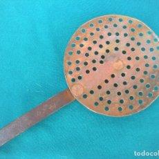 Antigüedades: COCINA. RASERA DE HIERRO FORJADO Y COBRE. Lote 173804903