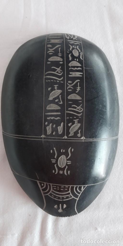 ESCARABAJO EGIPCIO LABRADO A MANO EN BASALTO. SOUVENIR DE EGIPTO 17 X 11 X 4 (Antigüedades - Hogar y Decoración - Otros)