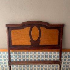 Antigüedades: CABEZAL Y PIE DE CAMA ANTIGUA, EN CHAPAS DE MADERA EN 2 COLORES Y DIBUJO. LARGO = 132 CM.. Lote 173842672
