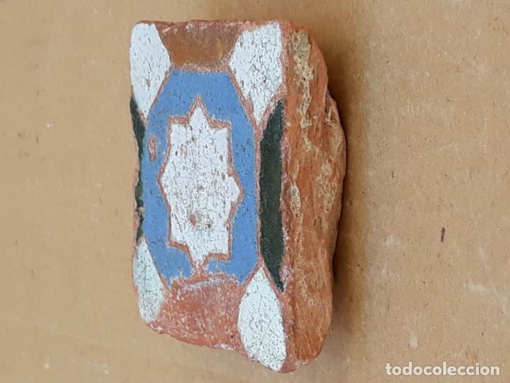 Antigüedades: AZULEJO ANTIGUO DE TOLEDO / SEVILLA - ARISTA - ARABE / MUDEJAR - SIGLO XV- XVI. - Foto 2 - 173855358