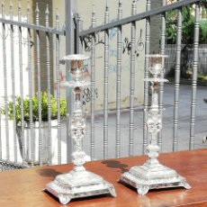 Antigüedades: IMPRESIONANTE PAREJA DE PORTAVELAS CANDELABROS FRANCESES CUBIERTOS DE PLATA SIGLO XIX. Lote 173863745