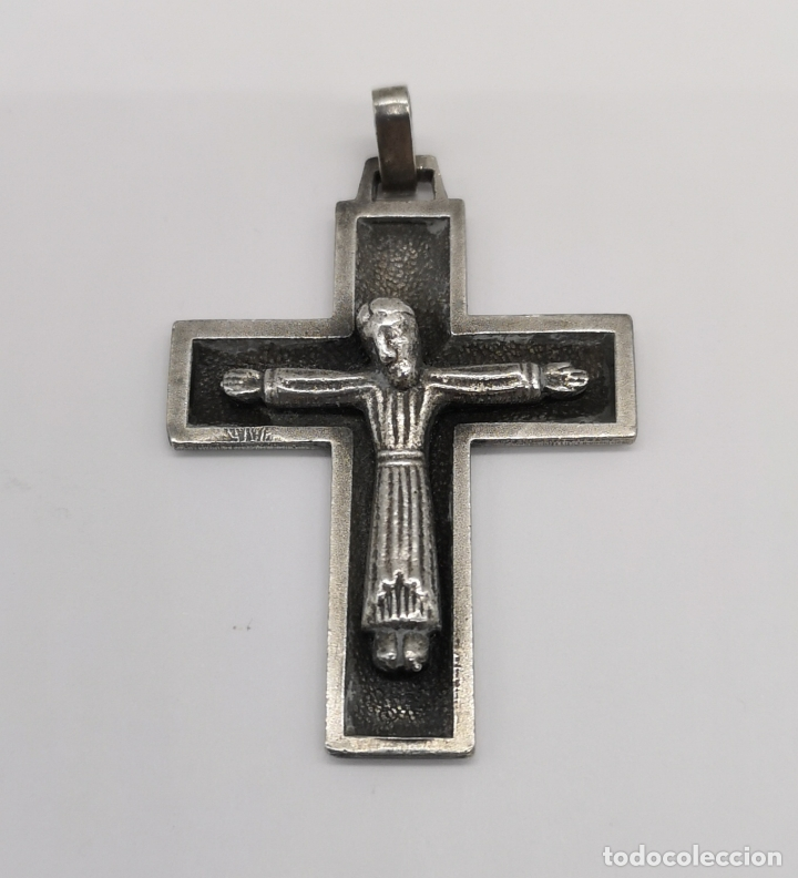 CRUZ ANTIGUA DE ESTILO GÓTICO EN PLATA DE LEY MACIZA CON CRISTO EN RELIEVE . (Antigüedades - Religiosas - Cruces Antiguas)