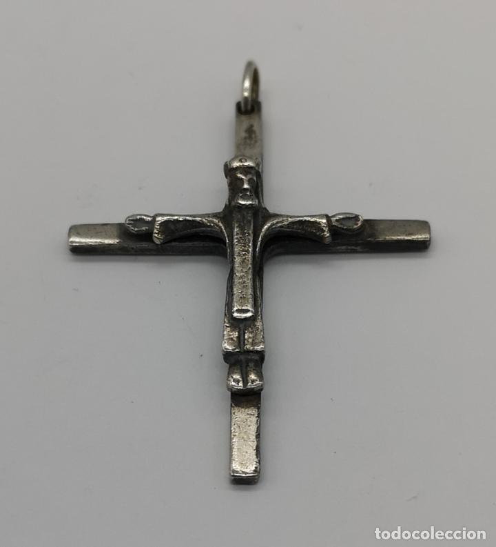 CRUZ ANTIGUA CON CRISTO CORONADO EN PLATA DE LEY MACIZA . (Antigüedades - Religiosas - Cruces Antiguas)