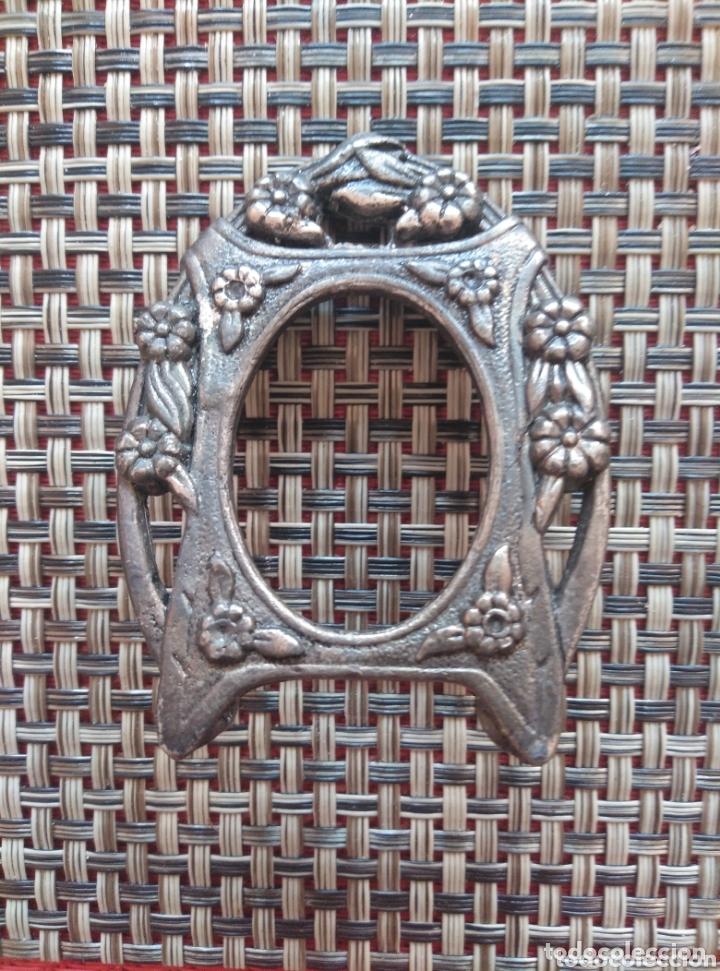 Antigüedades: Pequeño marco metal grabado bronce 7 x 5 cm - Foto 3 - 173916270
