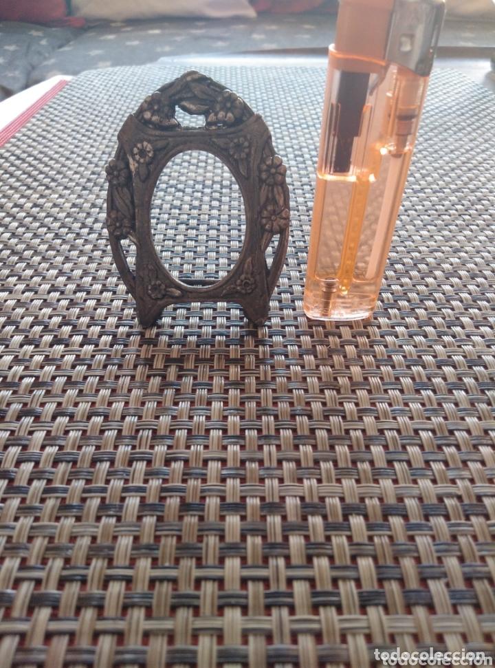 Antigüedades: Pequeño marco metal grabado bronce 7 x 5 cm - Foto 6 - 173916270