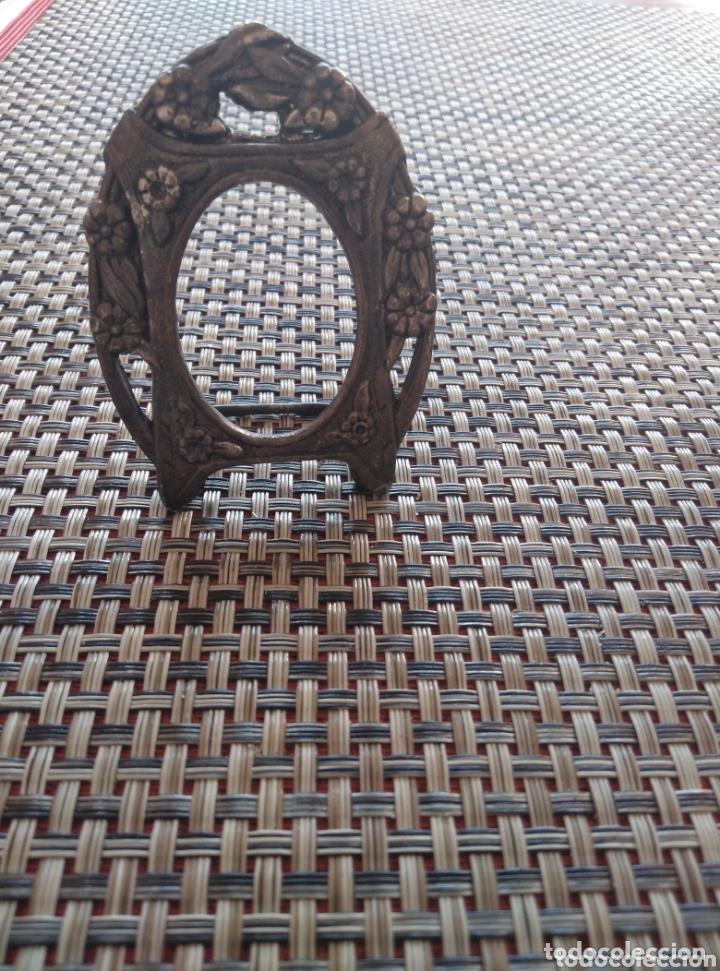 PEQUEÑO MARCO METAL GRABADO BRONCE 7 X 5 CM (Antigüedades - Hogar y Decoración - Marcos Antiguos)
