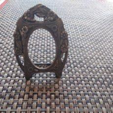 Antigüedades: PEQUEÑO MARCO METAL GRABADO BRONCE 7 X 5 CM. Lote 173916270